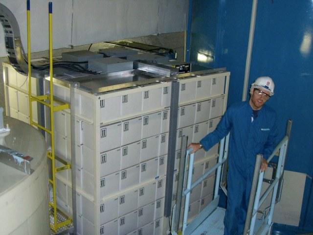 PICASSO-detektormodulerna finns bakom de vita lådorna som är fyllda med vatten. (Bilden är min egen.)